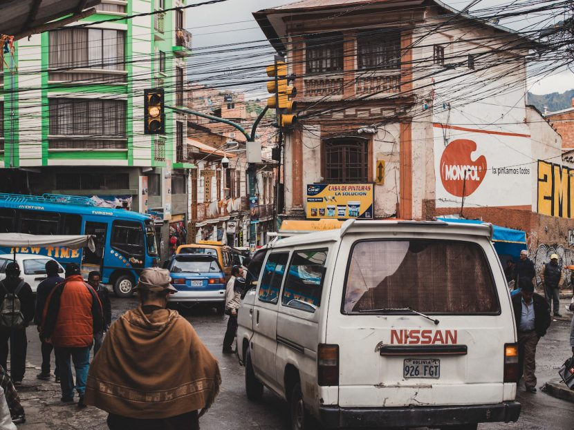 Skrzyżowanie w La paz i biały bus nisssan