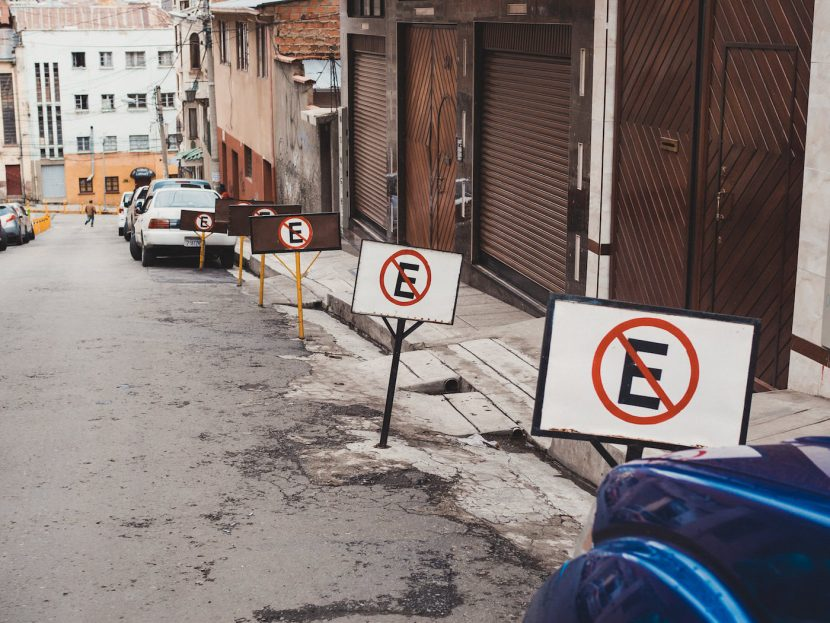 Zakaz parkowania z literą E