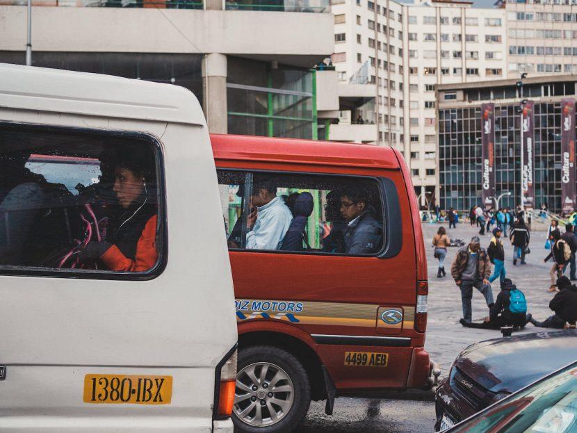 Busy z ludźmi w środku