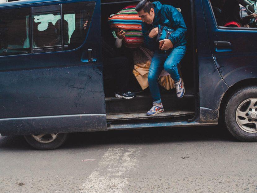 Mężczyzna wychodzi z busa
