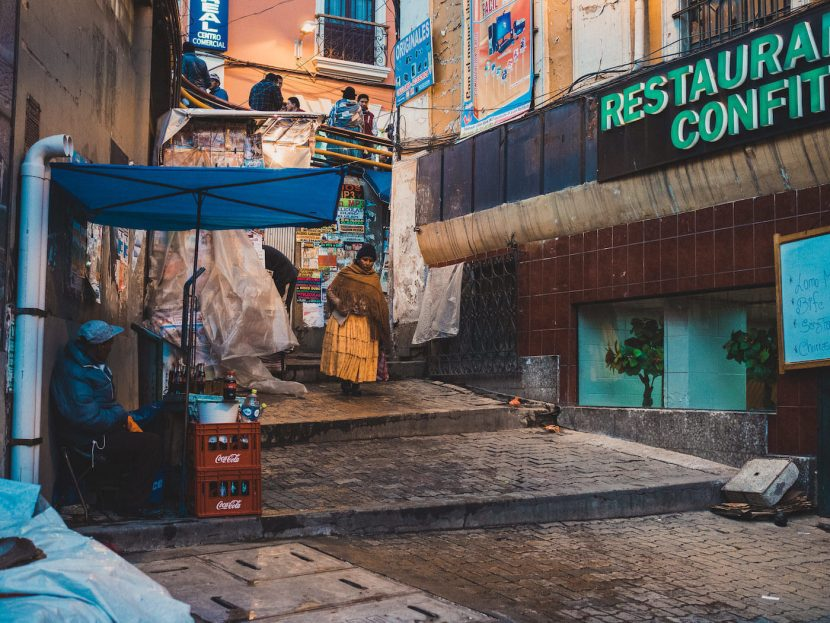 Kobieta w pomarańczowej sukience na ulicy miasta