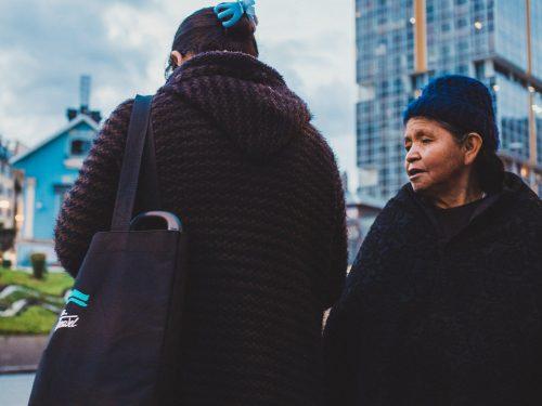 Kobieta w futrze i swetrze