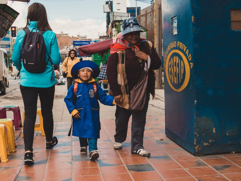 Dziecko w niebieskim mundurku idzie do szkoły