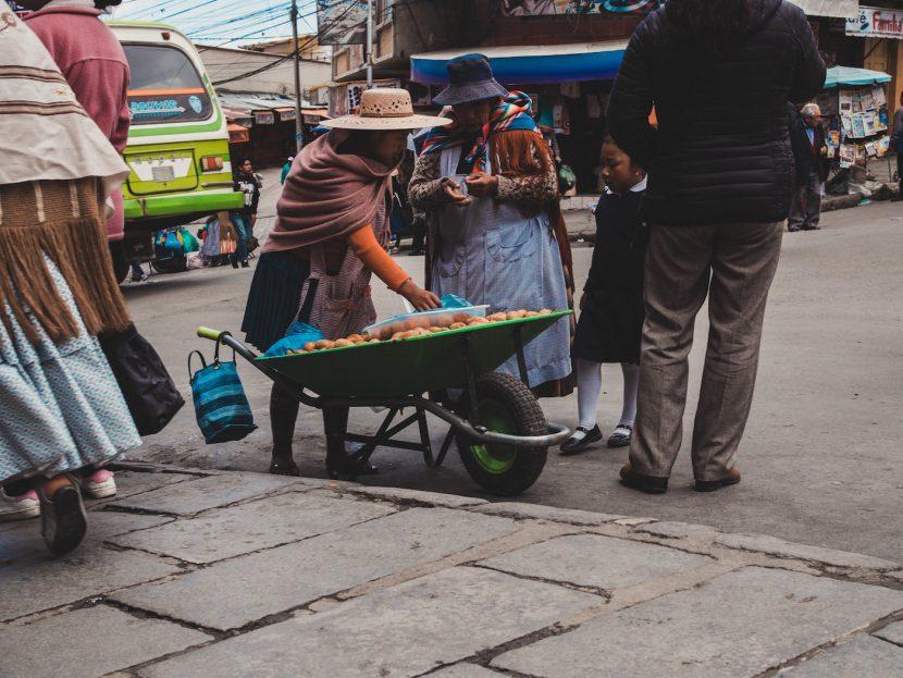 Kobieta sprzedaje owoce w taczki