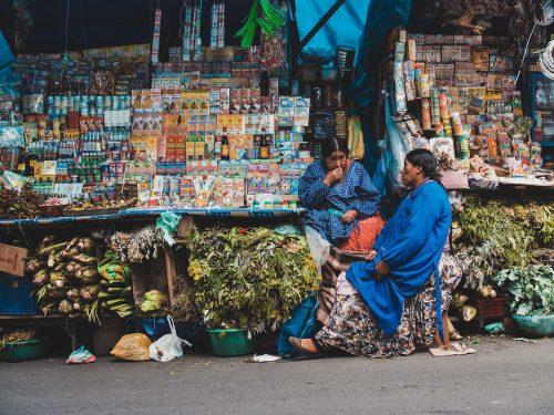 Kobiety na stoiskach z jedzeniem