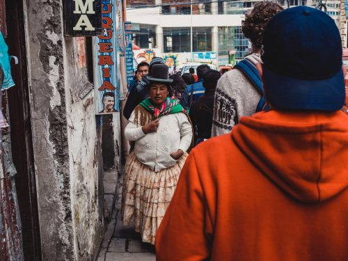 Kobieta w kapelusiku na chodniku