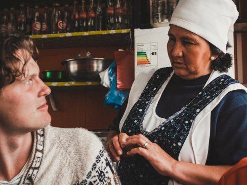 Kucharka rozmawia z klientem