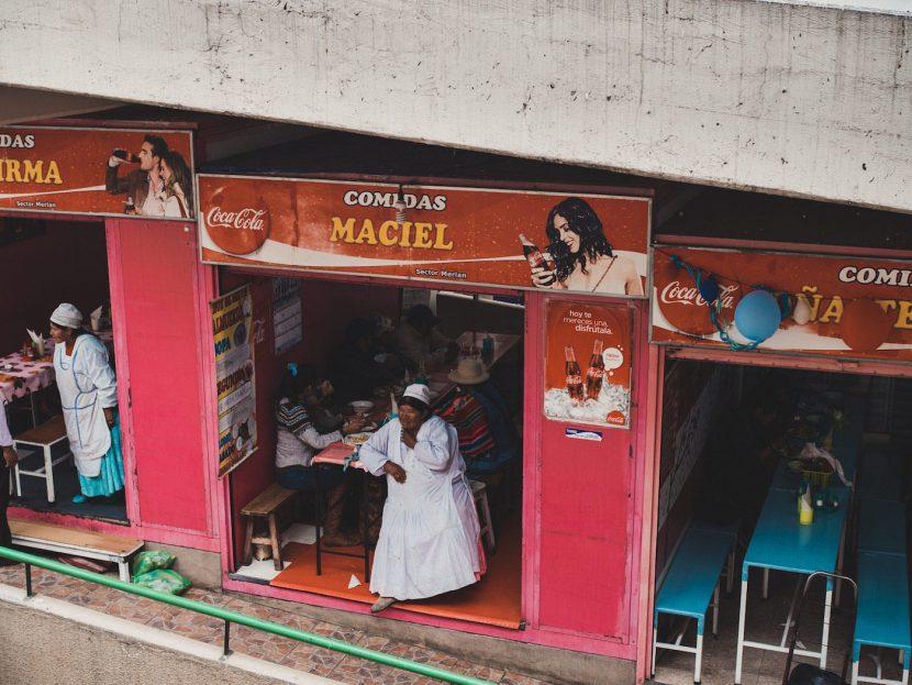 Kobieta przed barem Maciel