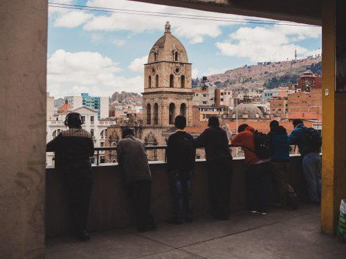 Ludzie na balkonie