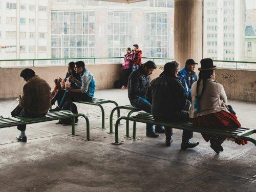 Ludzie na ławkach