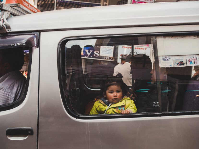 Dziecko za szyba w busie