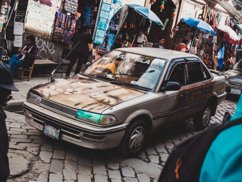 Brązowy samochód