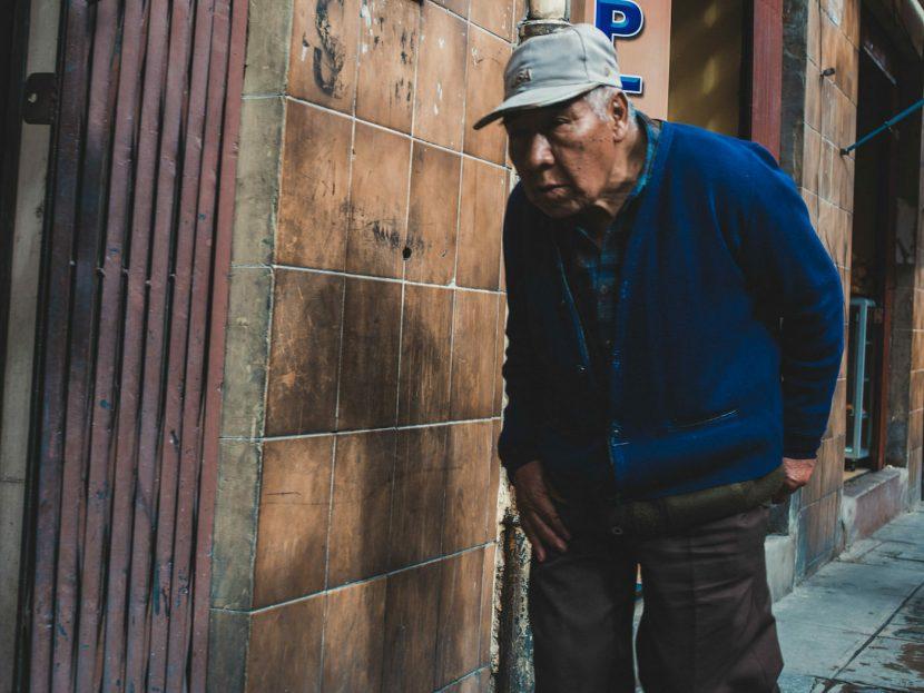 Dziadek z w niebieskiej bluzie i czapce
