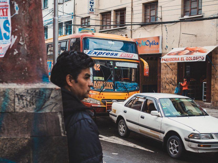 Express Bus w mieście, mężczyzna oparty o ścianę