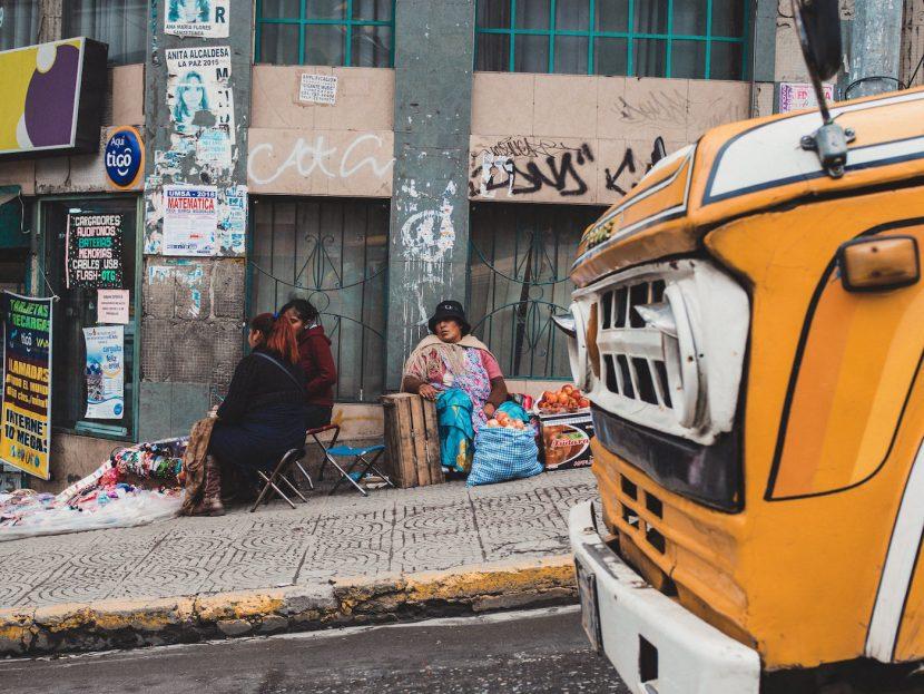 Uliczne stoiska i przód pomarańczowej ciężarówki