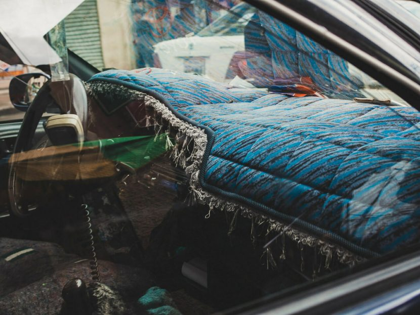 Dywanik na podszybiu samochodu w kolorze niebieskim
