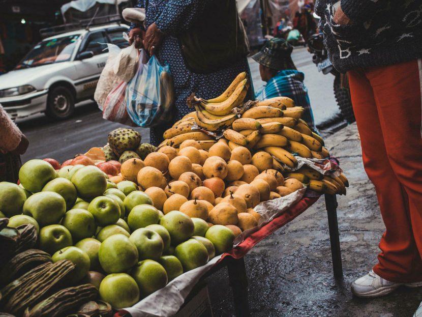 Stoisko z owocami na ulicy
