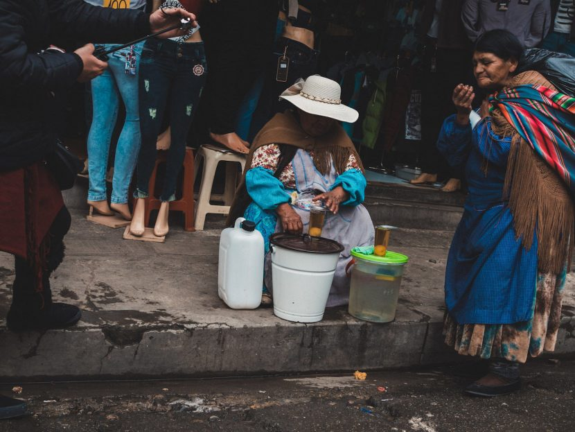 Kobieta sprzedająca napoje na ulicy