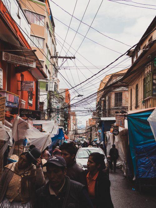Przewody elektryczne nad ulicą w La Paz