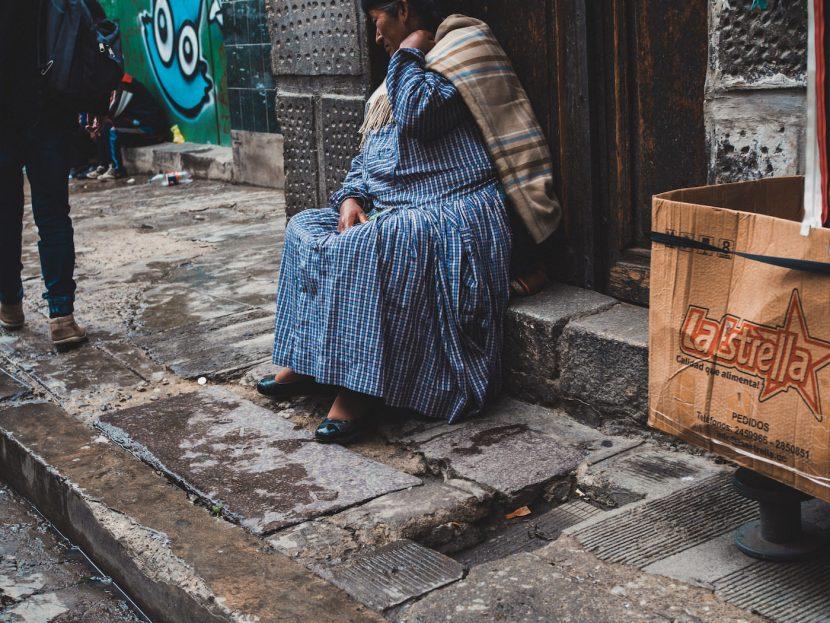 Starsza kobieta w niebieskiej sukience