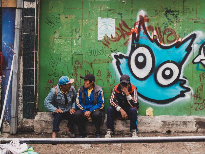 Mężczyżni na murku i kot graffiti