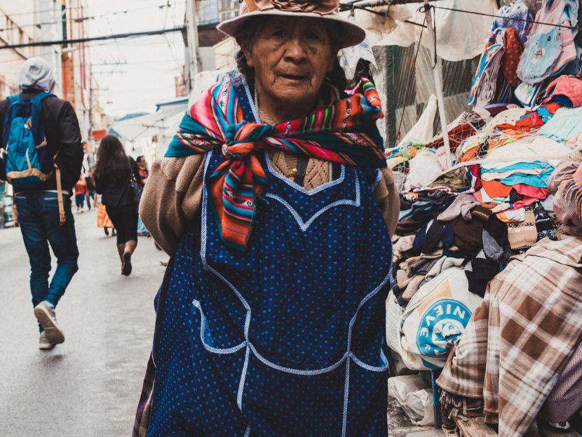 Starsza kobieta w kolorowych ubraniach