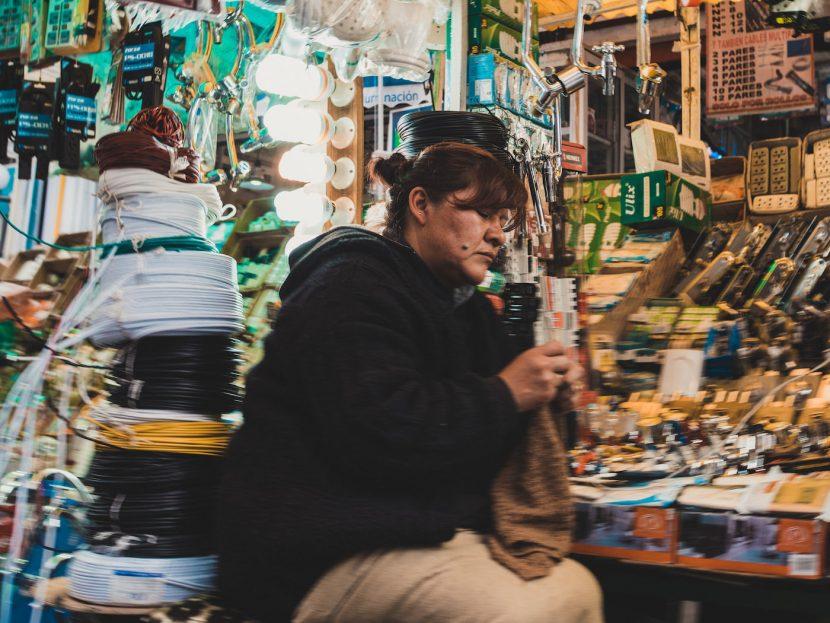 Kobieta na stoisku z elektroniką