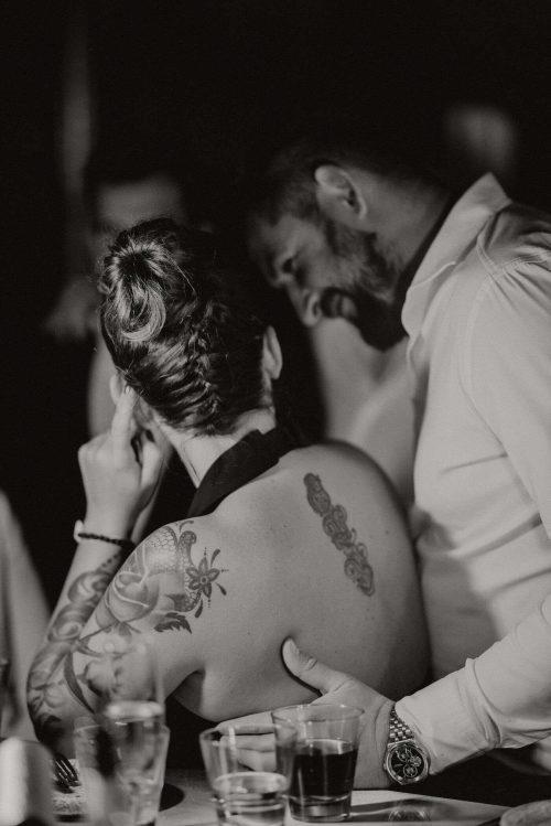 Mężczyzna obejmuje kobietę z tatuażami