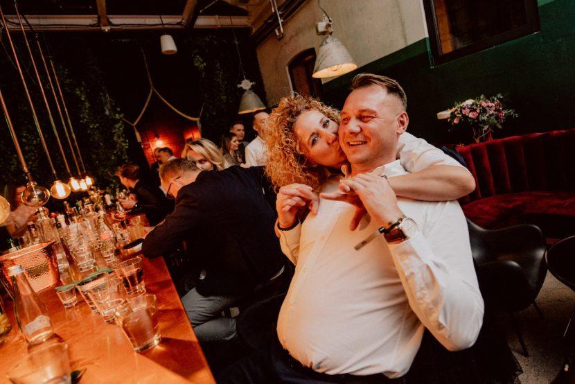 Kobieta całuje swojego mężczyzna