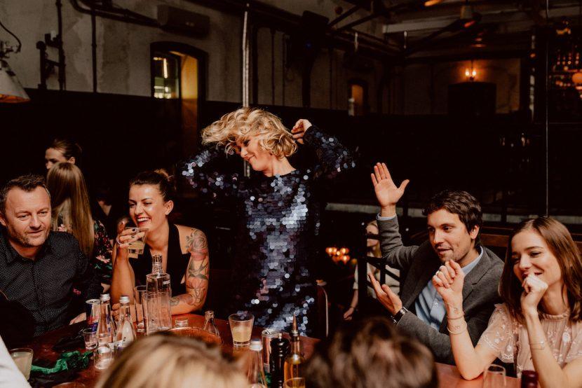Impreza przy stole w klubie