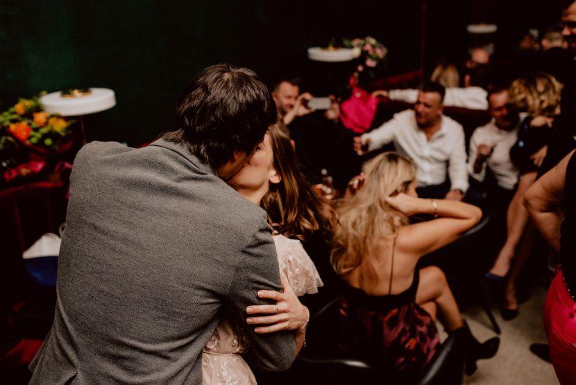 Zakochana para całuje się w klubie