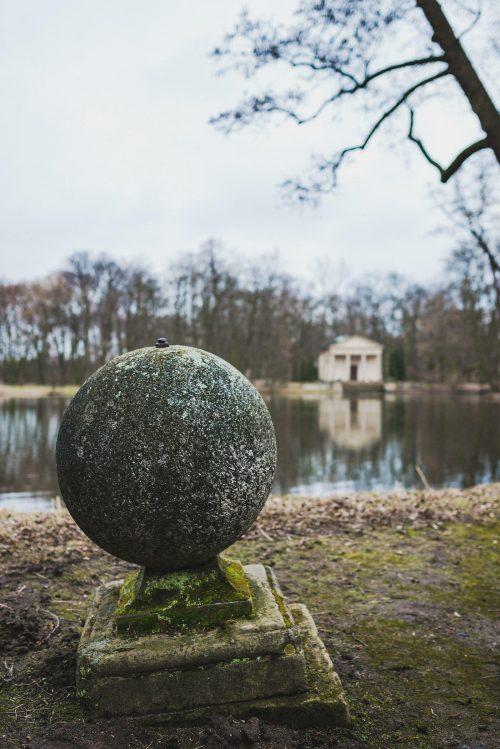 betonowa kula nad jeziorem