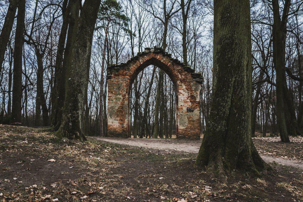 brama z cegły
