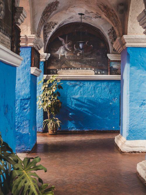 Niebieskie ściany i obraz anioła na suficie