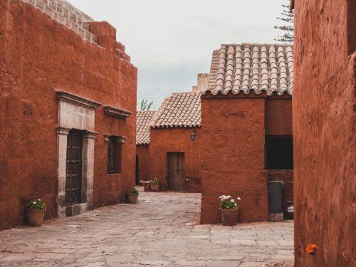 Czerwone domy i ściany - klasztor