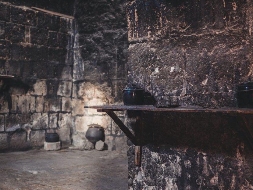 Pomieszczenie z czarnymi ścianami w klasztorze