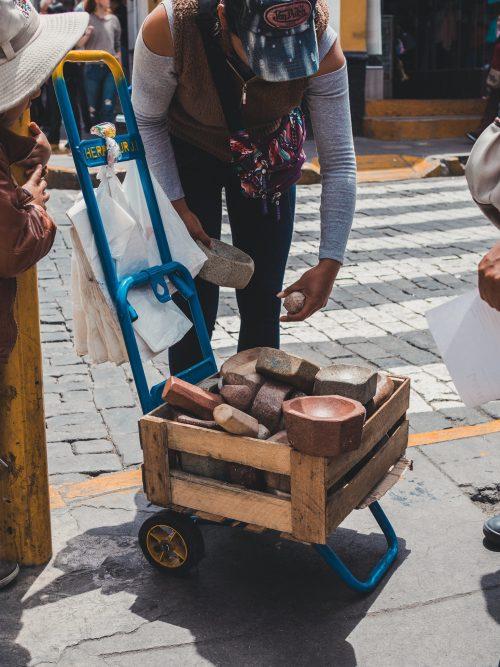 Skrzynka kamieni na wózku