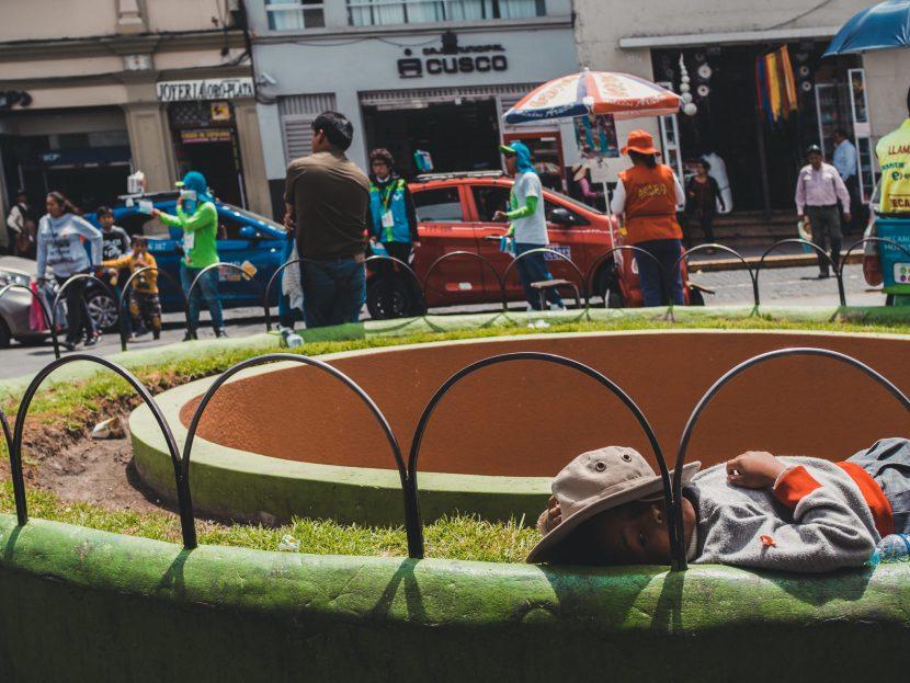 Dziecko w kapeluszu na trawie