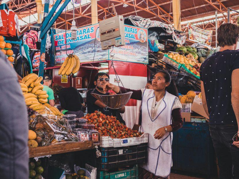 Kobieta warzy owoce na stoisku