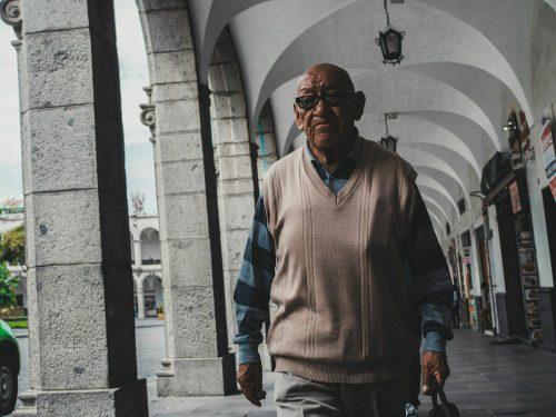 Mężczyzna w okularach i swetrze