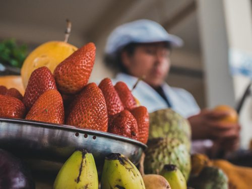 Truskawki na stoisku z owocami