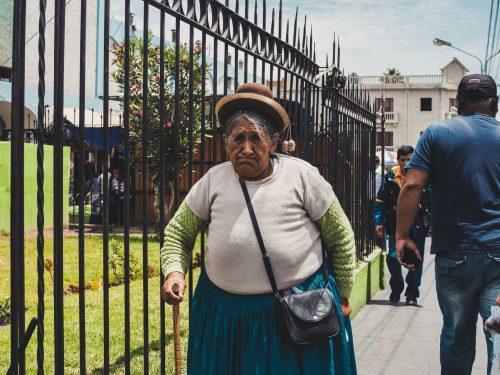 Starsza kobieta w swetrze