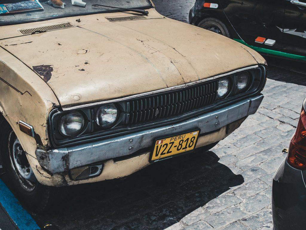 Maska starego samochodu