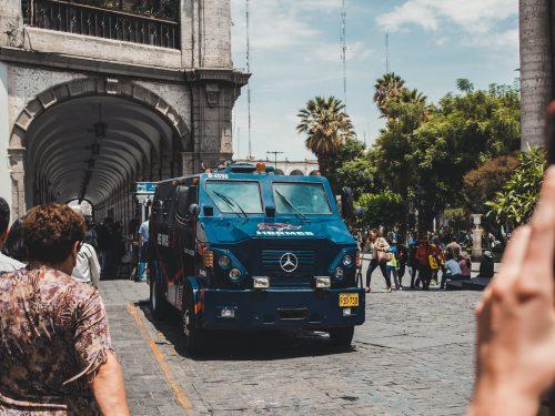 Niebieski wóz opancerzony mercedes