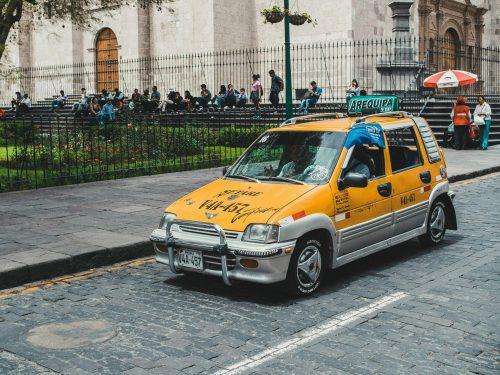 Pomarańczowa taksówką z tuningiem