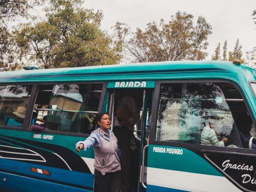 Kobieta wystająca z busa
