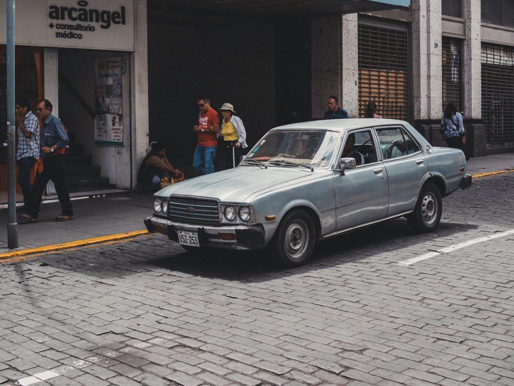 Stary samochód na ulicy