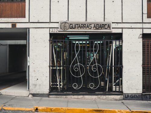 Drzwi do sklepu muzycznego