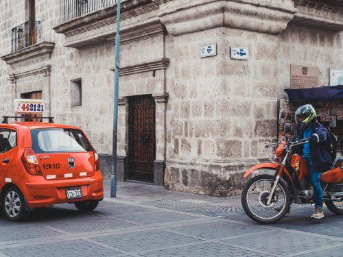 Czerwony motocykl i samochód