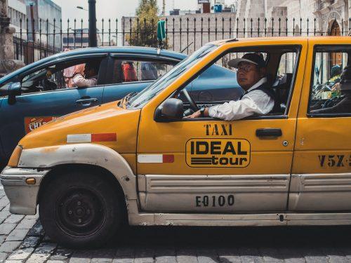 Taksówkarz w pomarańczowym cinquecento